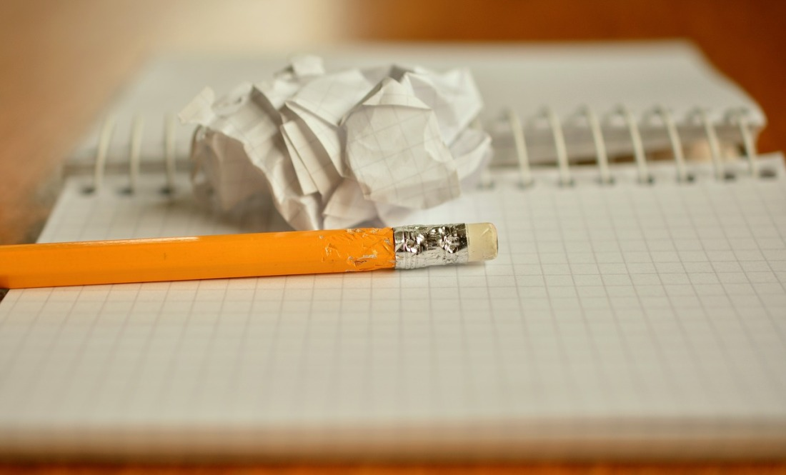 art therapie enfants en difficulté creativite crayon cahier apprentissages scolaires soin des sens