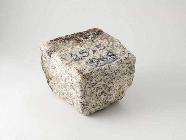 Pavé de Mai 68, granit taillé portant une inscription en noir « 25-5-1968 », Paris, fin du XXème siècle, Mucem, 1977.62.122, Don Rignaud, 1977 © Mucem : Marianne Kuhn